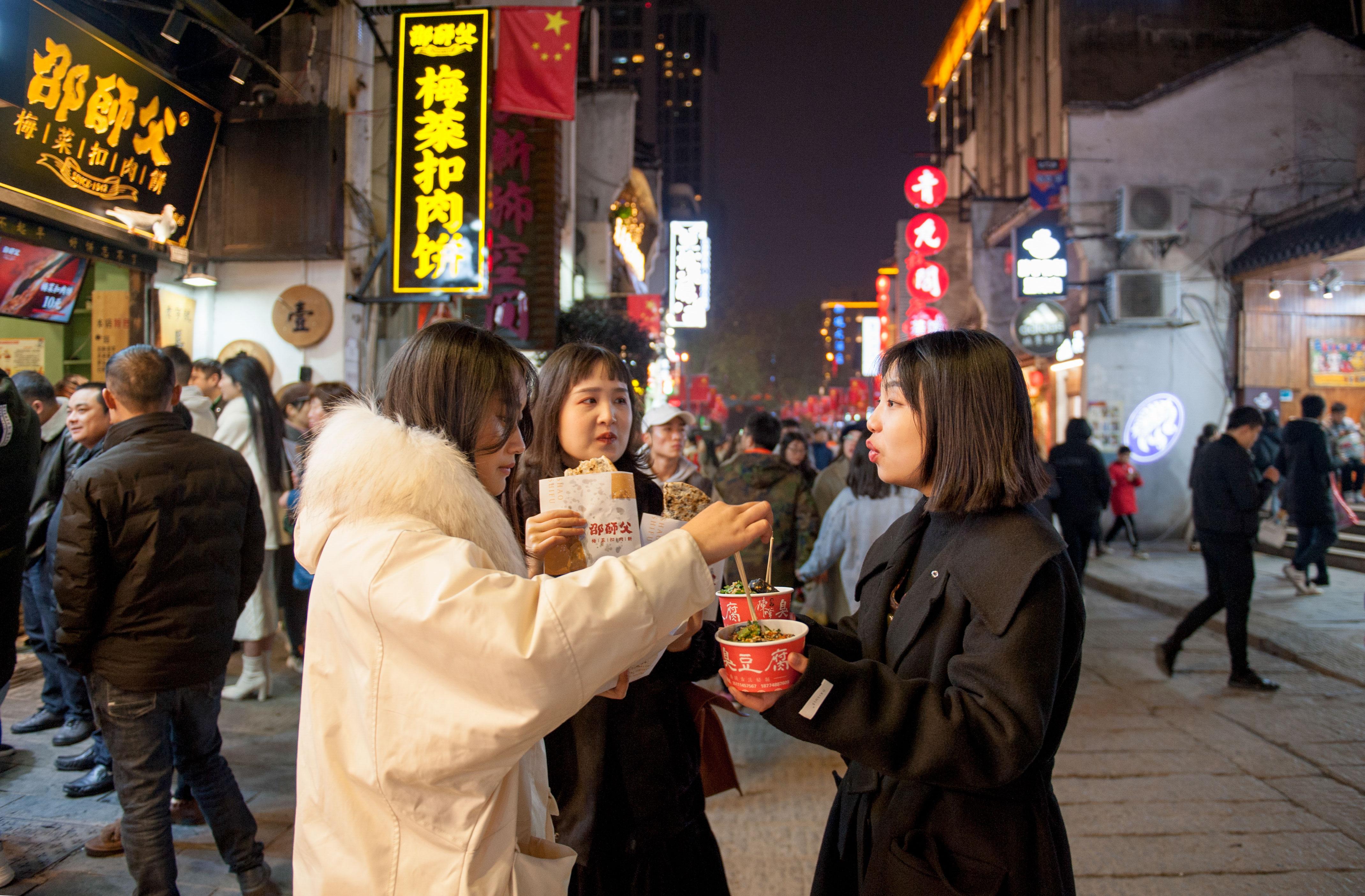 【34号作品:太平街小吃】 太平老街,长沙美食聚集地,人们来到这里就为品尝、分享最正宗的长沙味道。
