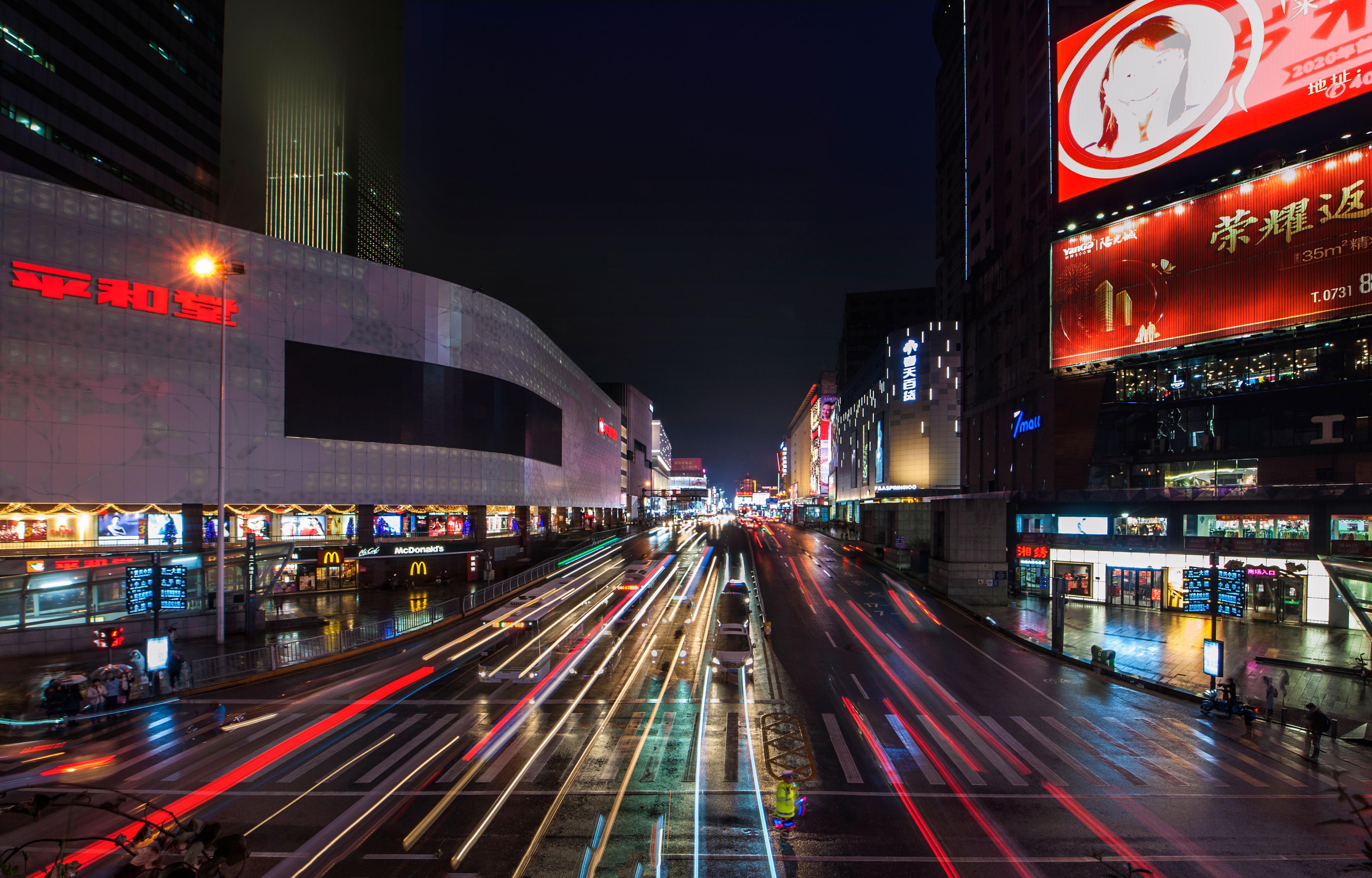 【16号作品:滚滚车流】 冷雨夜,不曾打烊的门店与滚滚车流,共同见证五一商圈的繁华与热闹。