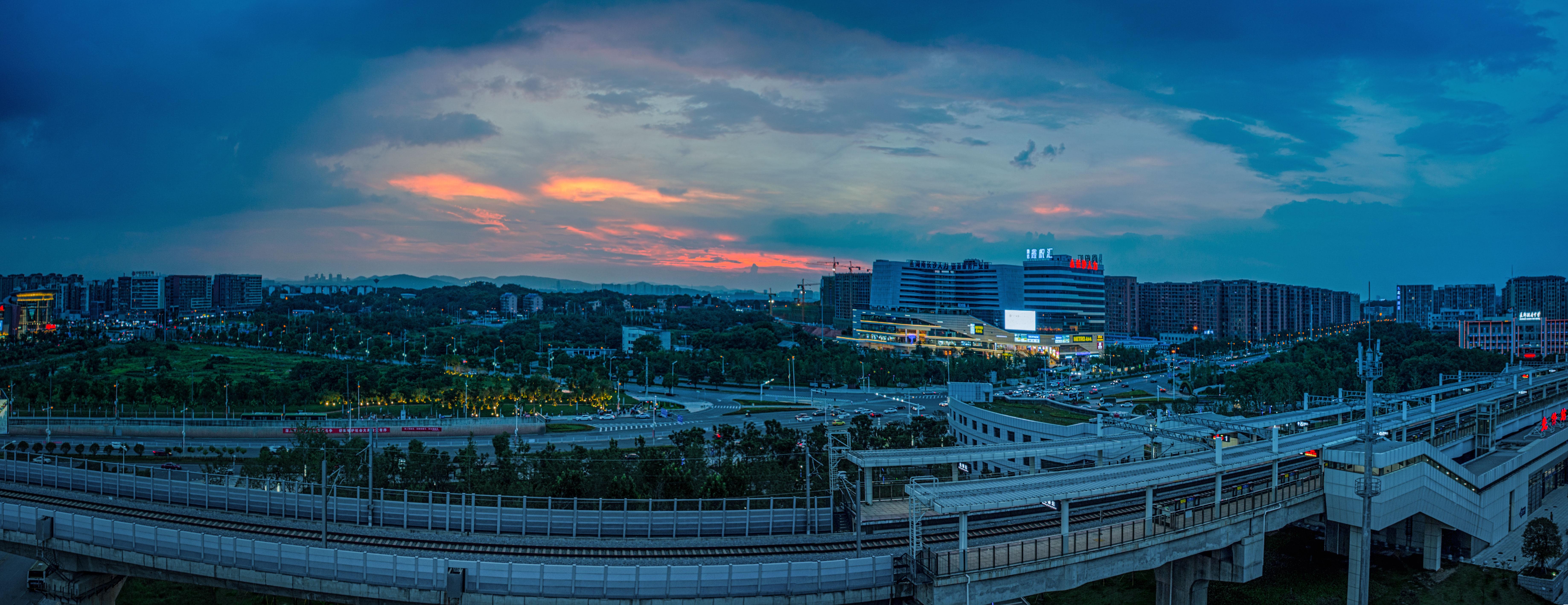 【15号作品:一路向南】 晚霞天边映照,城际铁路一路向南连接湘潭、株洲,融城核心一片生机。